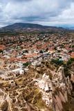 Pequeña ciudad y panorama rocoso de las ruinas foto de archivo