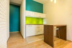 Pequeña cocina en el nuevo apartamento Foto de archivo libre de regalías