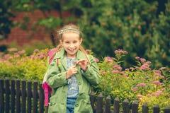 Pequeña colegiala linda con una mochila de la escuela Fotografía de archivo libre de regalías