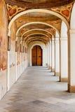 Pequeña columnata en el monasterio benedictino en la montaña blanca en Praga Imagenes de archivo