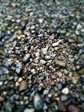pequeña compilación mojada de las ondas del guijarro en la playa fotos de archivo