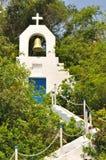 Pequeña configuración de la iglesia en la colina Fotografía de archivo libre de regalías
