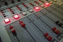 Pequeña consola de los sonidos con controles de los delisables fotos de archivo libres de regalías