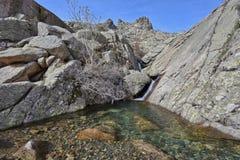 Pequeña corriente en las montañas de la primavera Imagen de archivo libre de regalías