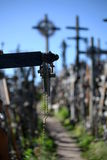 Pequeña cruz en la colina de cruces Imagen de archivo libre de regalías
