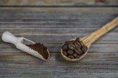 pequeña cuchara de madera hermosa con café en fondo Imagen de archivo libre de regalías