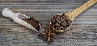 pequeña cuchara de madera hermosa con café en fondo Fotos de archivo