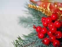 Pequeña decoración roja de la Navidad, rama verde y baya de serbal roja foto de archivo libre de regalías