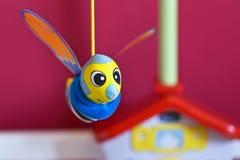 Pequeña ejecución de la abeja sobre cama de bebé Foto de archivo libre de regalías