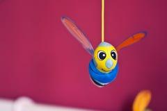 Pequeña ejecución de la abeja sobre cama de bebé Imagen de archivo libre de regalías