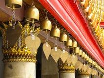 Pequeña ejecución de la campana debajo del tejado en el benchamabophit de Wat, Bangkok, T Imagenes de archivo