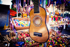 Pequeña ejecución de la guitarra en el soporte para la venta durante la feria Imágenes de archivo libres de regalías