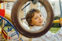 Pequeña ejecución linda del muchacho en el anillo gimnástico Fotografía de archivo