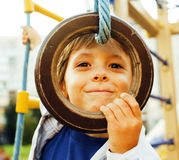 Pequeña ejecución linda del muchacho en el anillo gimnástico Fotografía de archivo libre de regalías