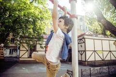 Pequeña ejecución rubia linda del muchacho en patio afuera, entrenamiento solo con la diversión, concepto de los niños de la form fotos de archivo libres de regalías