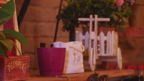 Pequeña empresa Interior moderno de la floristería Estudio, decoraciones y arreglos del diseño floral Florece entrega almacen de metraje de vídeo