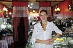 Pequeña empresa: propietario femenino orgulloso de un café Imágenes de archivo libres de regalías