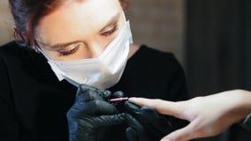 Pequeña empresa - tienda de belleza - clave el amo en hacer la manicura profesional - ascendente cercano almacen de metraje de vídeo
