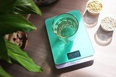 Pequeña escala de la cocina para pesar productos en la cocina Conveniente en la preparación de productos imagen de archivo
