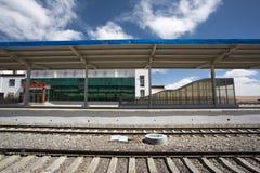 Pequeña estación de tren china vacía en la región de Tíbet Imagen de archivo libre de regalías