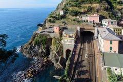 Pequeña estación de tren regional, situada entre las montañas, en la ciudad de Riomaggiore en el parque nacional de Cinque Terre, Imágenes de archivo libres de regalías