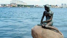 Pequeña estatua Copenhague de la sirena almacen de metraje de vídeo