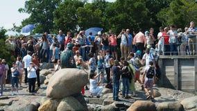 Pequeña estatua Copenhague de la sirena almacen de video