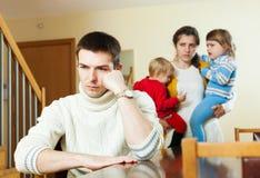 Pequeña familia con los niños después de la pelea Fotos de archivo libres de regalías