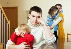 Pequeña familia de cuatro miembros después de la pelea Imágenes de archivo libres de regalías
