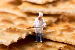 Pequeña figura minúscula de un cocinero en una galleta de la galleta Fotos de archivo