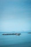 Pequeña flotación del barco de pesca parqueada foto de archivo libre de regalías