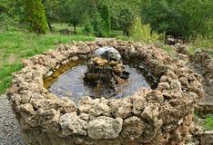 Pequeña fuente de piedra encima de la colina, mirando abajo Foto de archivo libre de regalías