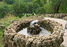 Pequeña fuente de piedra encima de la colina, mirando abajo Fotografía de archivo