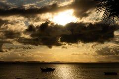 Pequeña gabarra anclada en la costa fotografía de archivo libre de regalías