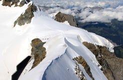 Pequeña gente sobre la montaña suiza nevosa de Jungfrau Fotografía de archivo