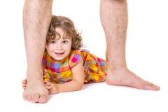 Pequeña hija en los pies de su padre Imágenes de archivo libres de regalías