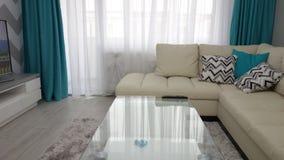 Pequeña idea del diseño de la sala de estar del apartamento, sofá de cuero, vestuario, mesa de centro, alfombra de lujo gris, tex Fotos de archivo libres de regalías