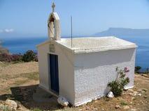 Pequeña iglesia blanca en Crete imagenes de archivo