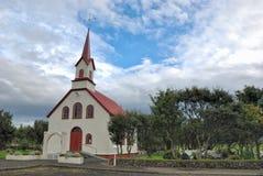 Pequeña iglesia blanca en Islandia fotografía de archivo
