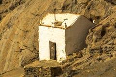 Pequeña iglesia blanca en las montañas imagenes de archivo