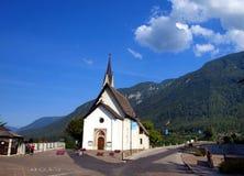 Pequeña iglesia católica en la ciudad de vacaciones de Dimaro en el Brenta Fotografía de archivo