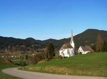 Pequeña iglesia católica en pueblo alpino Imágenes de archivo libres de regalías