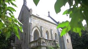 Pequeña iglesia del cristianismo en el bosque almacen de metraje de vídeo