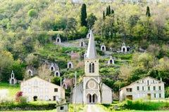 Pequeña iglesia en la base de la montaña, Ariege Francia Foto de archivo libre de regalías