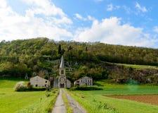 Pequeña iglesia en la base de la montaña, Ariege Francia Imagen de archivo libre de regalías