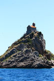 Pequeña iglesia en la isla rocosa alta Fotografía de archivo