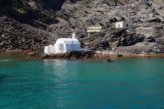 Pequeña iglesia en las aguas termales en la isla volcánica de Palea Kameni, imagenes de archivo