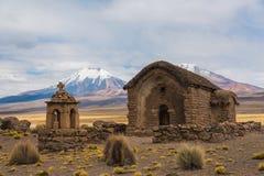 Pequeña iglesia en montañas Imagenes de archivo