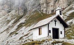 Pequeña iglesia en montañas de las dolomías, Italia Imágenes de archivo libres de regalías