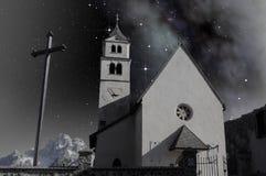 Pequeña iglesia en paisaje alpestre imagen de archivo
